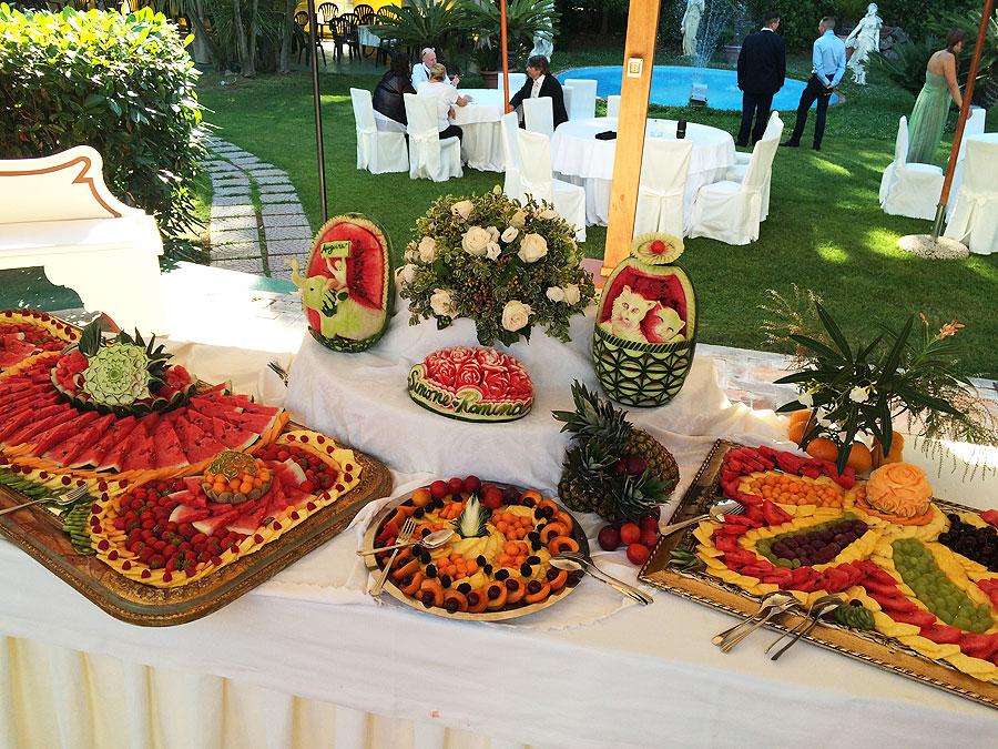 Buffet Di Dolci E Frutta : Ricevimento di nozze tabella con diversi tipi di frutta torte e
